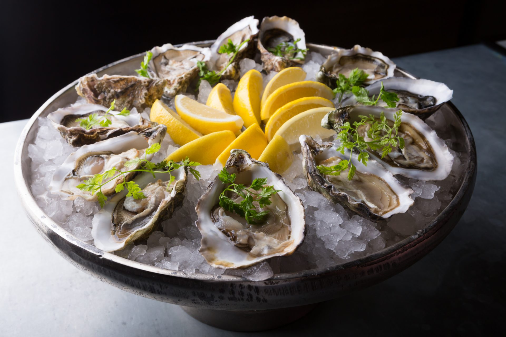 Oysters,Platter,With,Lemon,And,Ice,Served,On,A,Bar