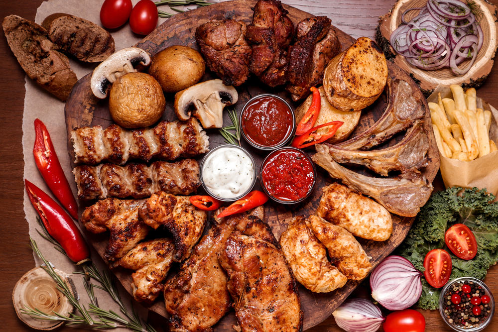 Meat,Platter,Fried,On,Charcoal,With,Spices,On,A,Wooden